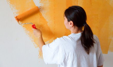 Tapety ścienne czy farba – jakie wykończenie jest lepsze?