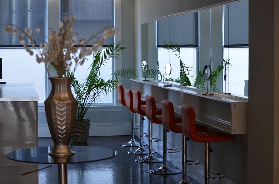 Modny i wygodny salon fryzjerski – 3 niezbędne meble fryzjerskie