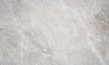 Industrialna łazienka – moda na płyty z betonu architektonicznego